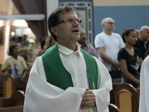 Padre Valdeci Molinari celebrou a missa em agradecimento  (Foto: Ive Rylo/G1 AM)