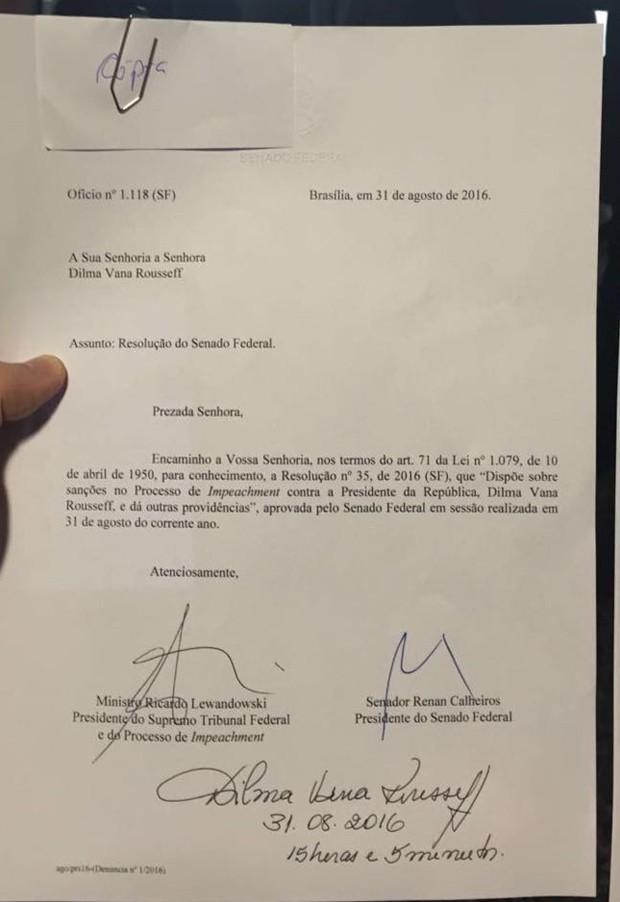 Notificação do Senado assinada por Dilma Rousseff (Foto: Roniara Castilhos/TV Globo)