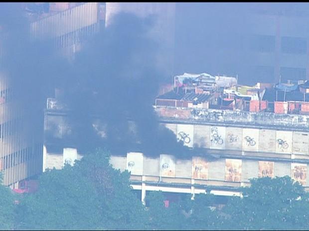 Manifestantes colocam fogo no prédio  (Foto: Reprodução / TV Globo)
