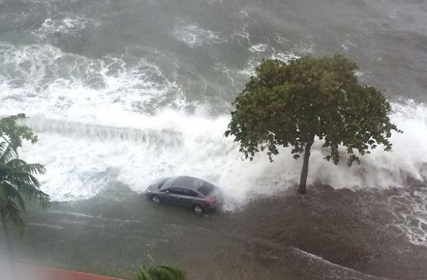 Ressaca em Santos causa estragos na orla da praia (Foto: Arquivo Pessoal)