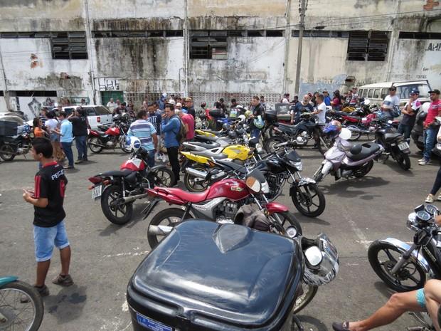 Família, amigos e colegas de profissão fizeram protesto nesta segunda-feira (27) (Foto: Cristiano Barbosa/aRede/Jornal da Manhã)
