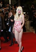 Com seios de fora, mulher protesta no tapete vermelho do Festival de Cannes