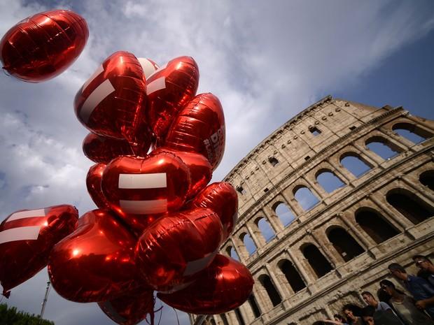 Balões em forma de coração na Parada Gay de 2015 em Roma; Itália foi um dos últimos países da Europa ocidental a aprovar casamento gay  (Foto: Filippo Monteforte/AFP)