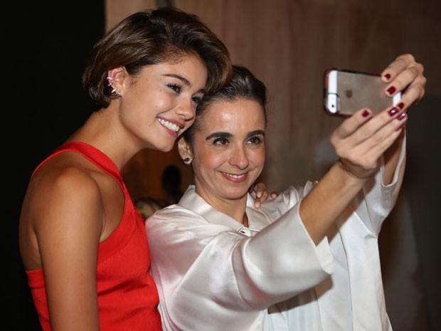 Sintonia pura! Sophie faz selfie com a diretora geral Maria de Médices (Foto: Carol Caminha/Gshow)