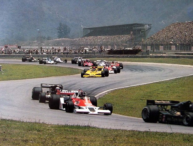 Emerson Fittipaldi no GP do Brasil de 1978, ainda atrás da McLaren de James Hunt e da Lotus de Mario Andretti (Foto: Reprodução)