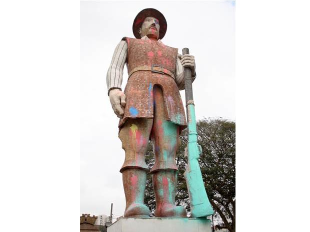 A estátua do Borba Gato, em Santo Amaro, na zona sul de São Paulo, amanheceu coberta de tinta colorida nesta sexta-feira, 30 (Foto: Luiz Claudio Barbosa/ Estadão Conteúdo)