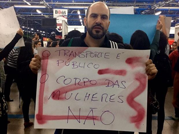 Affonso Lobo, de 40 anos, foi um dos poucos homens a participar do ato (Foto: Anne Barbosa/G1)