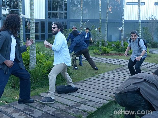 André enfrenta os seguranças (Foto: Além do Horizonte/TV Globo)