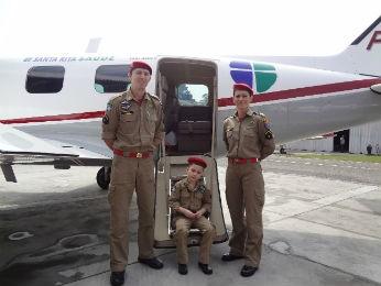 João e a família foram recebidos por dois soldados do Corpo de Bombeiros (Foto: Adriana Justi / G1)