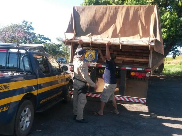 Flagrante aconteceu na BR-153 e o caminhão carregava madeira com documentação irregular (Foto: Divulgação/PRF-TO)