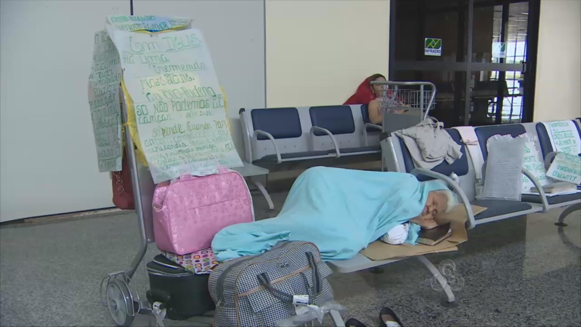 Para dormir ela ocupa um pequeno lugar dentro dos aeroportos (Foto: Amazônia TV)