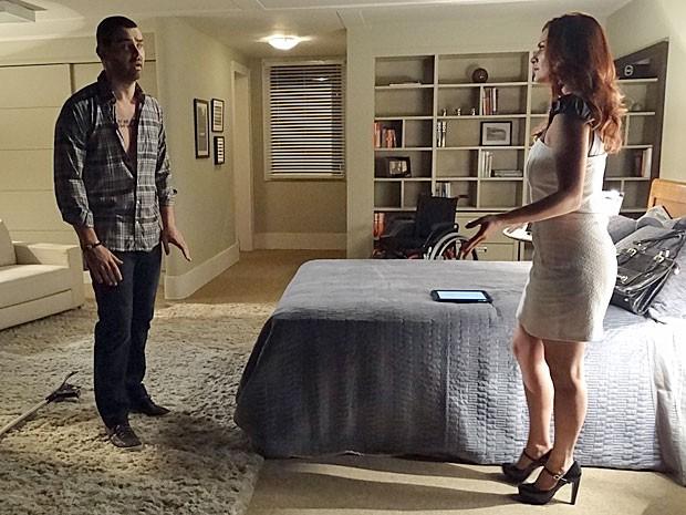 Fernando abre o jogo para Amparo e mostra que não precisa das muletas (Foto: Amor Eterno Amor/TV Globo)