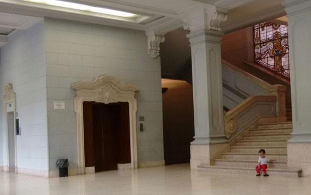 Betânia senta na escadaria da Faculdade de Direito da Universidade de São Paulo.  (Foto: Arquivo pessoal)