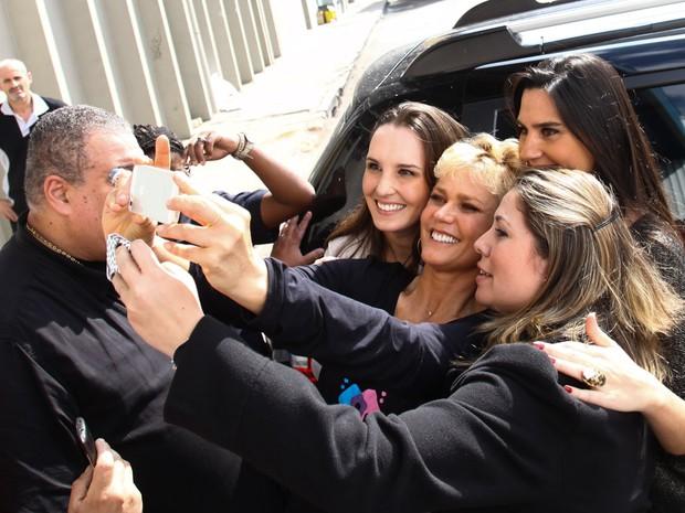 Xuxa com fãs (Foto: Manuela Scarpa /Foto Rio News)