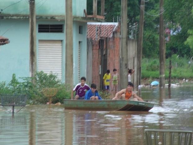 Na casa dessas ruas no bairro deu para salvar poucos móveis (Foto: Igor Gomes)