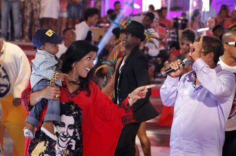 Regina Casé apresenta Roque a Zeca Pagodinho (Foto: João Januário/TV Globo)