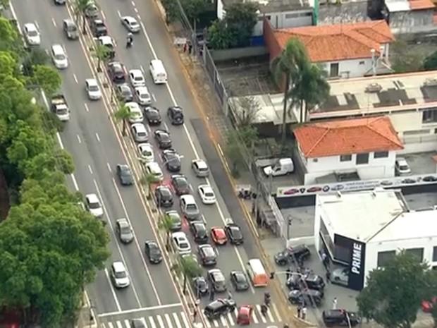 Trinta carros foram estacionados na Avenida Indianópolis. (Foto: Reprodução/TV Globo)
