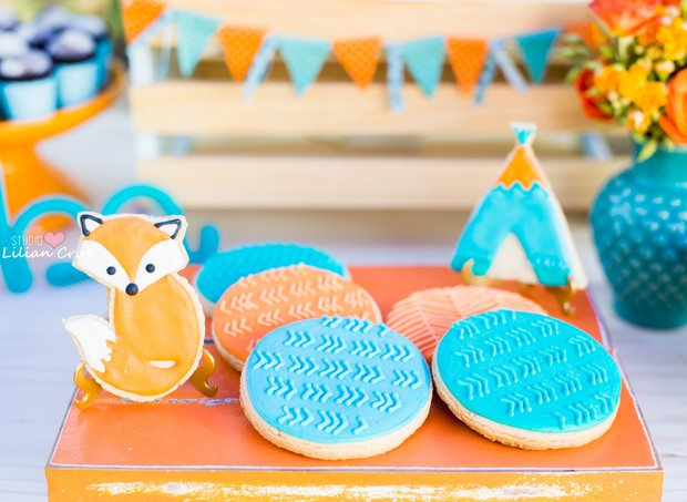 Biscoitos amanteigados decorados com glace nas cores e no tema da festa (Foto: Divulgação / Lilian Cruz)