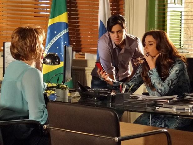 Helô e Jô ficam surpresas com a foto apresentada por Rachel (Foto: Salve Jorge/TV Globo)