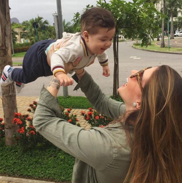 Aline Gotschalg e filho (Foto: Reprodução/Instagram)