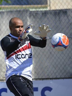 Goleiro Dênis, do Serra, se envolveu em confusão com o meio campista do Rio Branco, Marcos Alagoano (Foto: Adriano Bernardo/Serra)