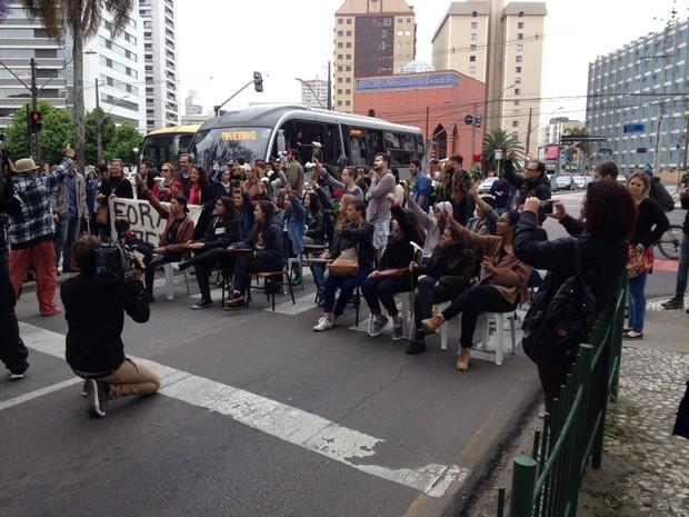 Estudantes que ocupam o Colégio Estadual do Paraná realizaram uma manifestação na tarde deste sábado (29). (Foto: Augusto Klein/RPC)
