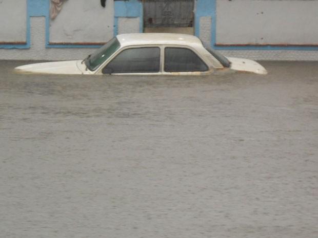 Carro foi totalmente inundado em rua de Realengo, na Zona Oeste (Foto: Anderson Passos / VC no G1)