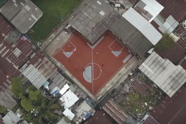 Campo de futebol irregular na Tailândia (Foto: Reprodução/Youtube)