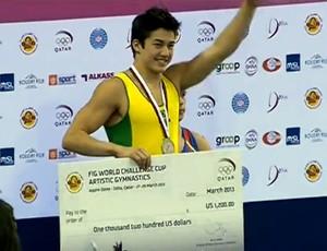 Arthur Mariano celebra a medalha de prata no pódio, na etapa da Copa do Mundo de Doha, no Catar (Foto: Reprodução)