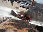 Após se envolver em acidente moto é consumida pelo fogo, em RO