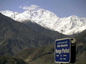 Montanha Nanga Parbat é vista da estradaa Karakorum, no norte do Paquistão. (Foto: Arquivo / Musaf Zaman Kazmi / AP Photo)