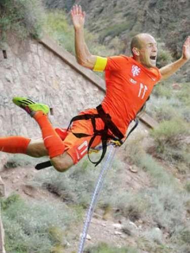 Robben pulando de bungee jumping ou sofrendo um penalti...dúvida difícil (Foto: Reprodução)