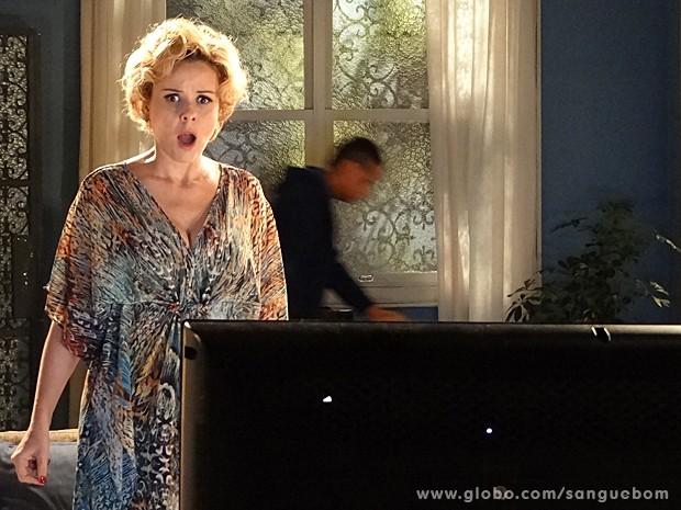 Bárbara fica chocada ao se ver nua na TV (Foto: Sangue Bom/TV Globo)