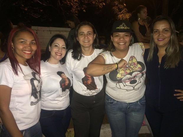 Fã de Cristiano Araújo com amigas na missa pelo 1 ano da morte do cantor (Foto: Kamylla Rodrigues / EGO)