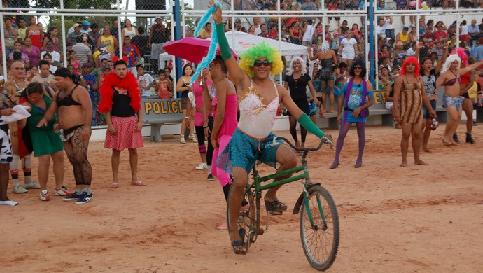 Futebol à fantasia na praça Nossa Senhora da Conceição, em Macapá, é tradição na segunda-feira de Carnaval (Foto: Gabriel Penha/GE-AP)