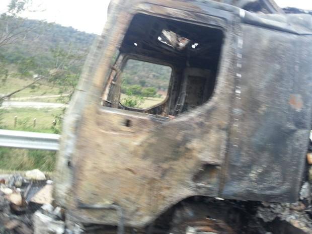Motorista do veículo saiu ileso (Foto: Divulgação/Internauta)