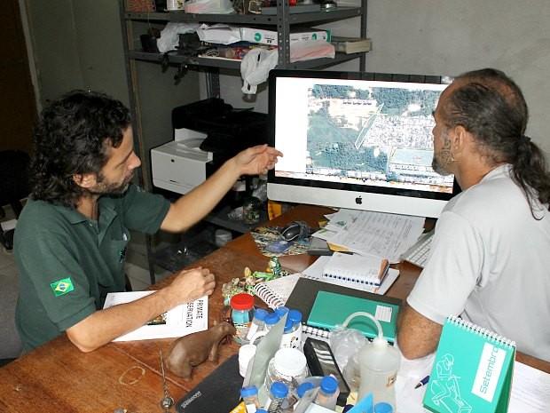 Marcelo Gordo e Diogo Lagroteria apontam áreas onde há sauins (Foto: Leandro Tapajós/G1 AM)