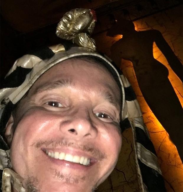 Netinho ilustrou post com foto fantasiado de faraó (Foto: Reprodução/Facebook)
