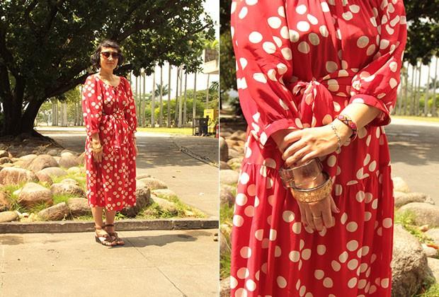 VINTAGE: A jornalista japonesa Akiko Ichikawa complementou seu vestido midi comprado em brechó com pulseiras étnicas. (Foto: Henrique Padilha)