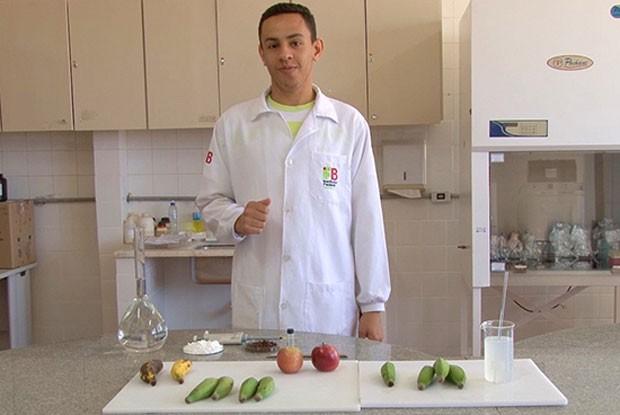 O estudante de biologia Josemar Gonçalves de Oliveira Silva criou uma solução de baixo custo que pode aumentar em até 10 dias a conservação de frutas.  (Foto: Divulgação/IFB)
