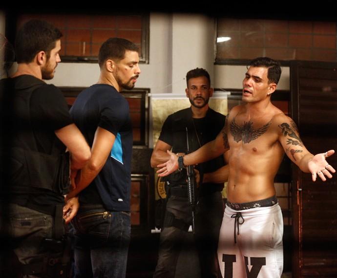 Merlô tenta impedir que Juliano seja preso (Foto: Inácio Moraes/ Gshow)