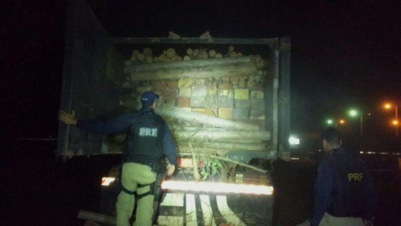 Flagrante de transporte de madeira ilegal na BR-010 (Foto: Ascom/PRF)
