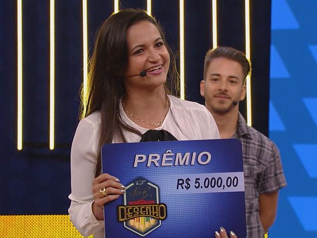 Blogueira ganha o Acerte o Desenho ao lado de Junior Lima (Foto: TV Globo)