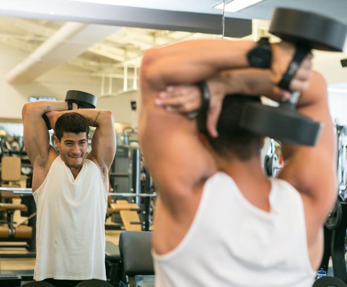 Arthur Aguiar faz exercícios na academia (Foto: Isabella Pinheiro / Gshow)