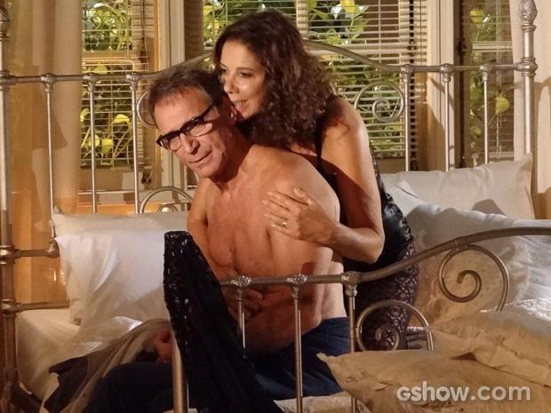 Ele acaba cedendo aos encantos da ex mulher (Foto: Em Família/TV Globo)