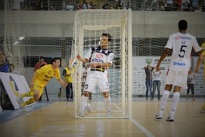Vitor Hugo Jaraguá x Joinville (Foto: Henrique Porto/Agência Avante)