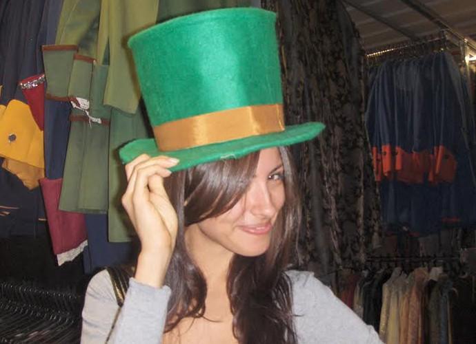 Marina Rigueira se diverte ao conhecer o acervo de figurino da TV Globo em 2007 (Foto: Arquivo pessoal)