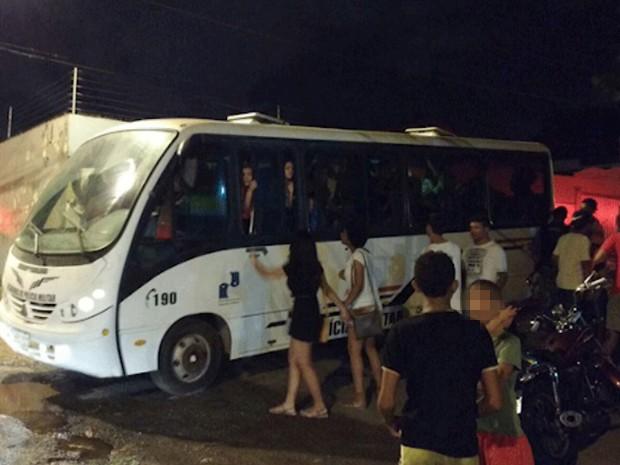 Três micro-ônibus foram necessários para encaminhar suspeitos (Foto: Biaman Prado / O Estado)