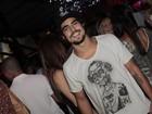 Sem fantasia, Caio Castro vai ao baile de abertura do carnaval do Rio