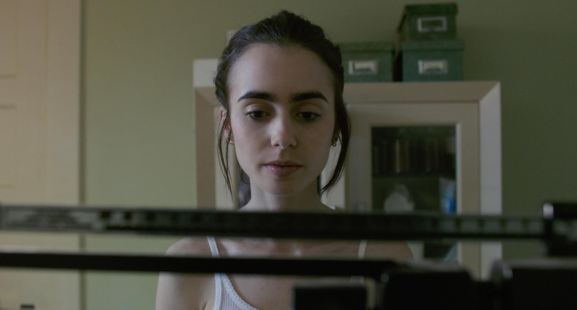 'To the Bone': Lily Collins vive uma moça anoréxica em novo filme da Netflix (Foto: Divulgação )